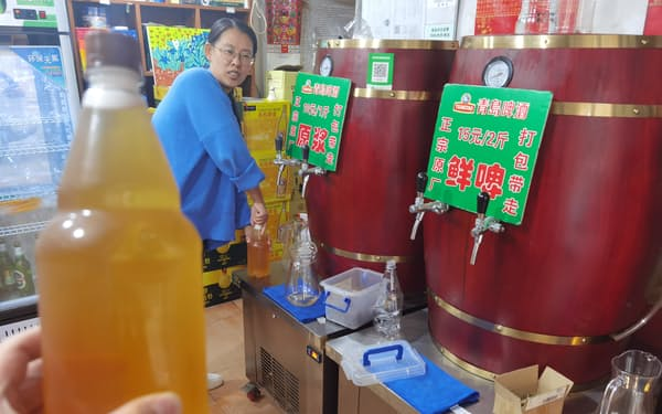 「無ろ過」の商品を扱う青島ビールの専門店(8日、遼寧省大連市)