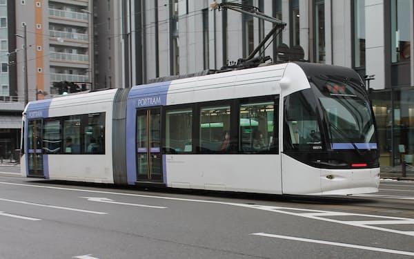 富山市は公共交通を軸にしたまちづくりを進めてきた(市内を走る路面電車)