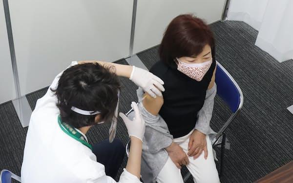県営名古屋空港の大規模接種会場で、ワクチンの注射を受ける高齢者(5月、愛知県豊山町)