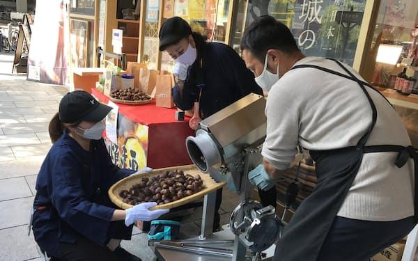 銀座のアンテナ店で電気式の機械を使った焼き栗の実演販売が行われた(8日)
