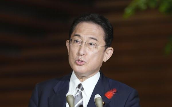 取材に応じる岸田首相=8日夜、首相官邸