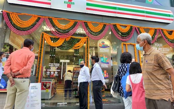 インドで開業したセブンイレブンの1号店(9日、ムンバイ)