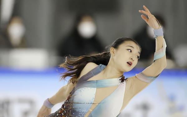 女子SPで演技する坂本花織(9日、木下アカデミー京都アイスアリーナ)=代表撮影・共同