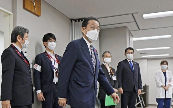 都立墨東病院を視察する岸田首相(9日午前、東京都墨田区)=代表撮影