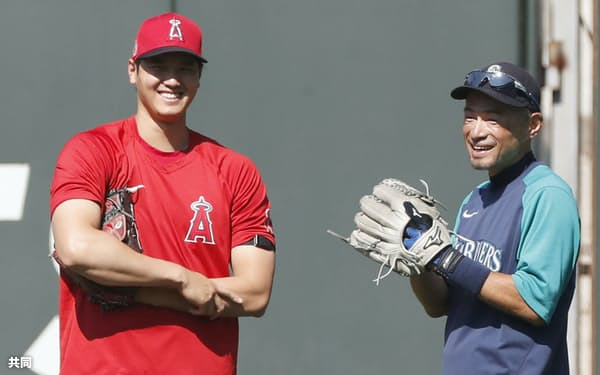 マリナーズ戦の前に、イチローさん(右)と談笑するエンゼルスの大谷翔平=10日、シアトル(共同)