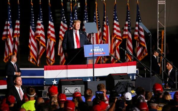 9日、支持者集会で演説するトランプ前米大統領(アイオワ州)=ロイター