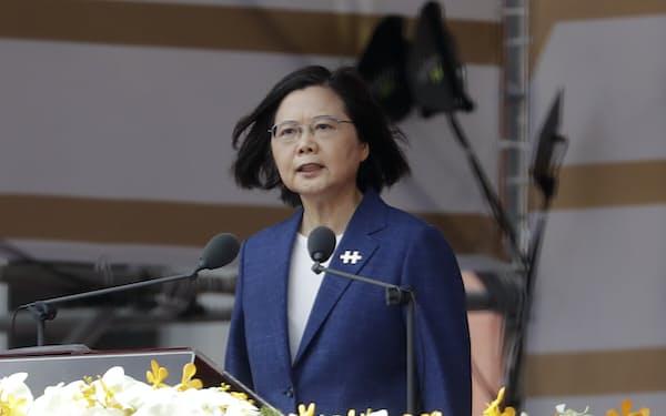 蔡総統は民主主義を堅持するとし、中国には「現状維持」を求めた(10日、台北市・総統府前)=AP