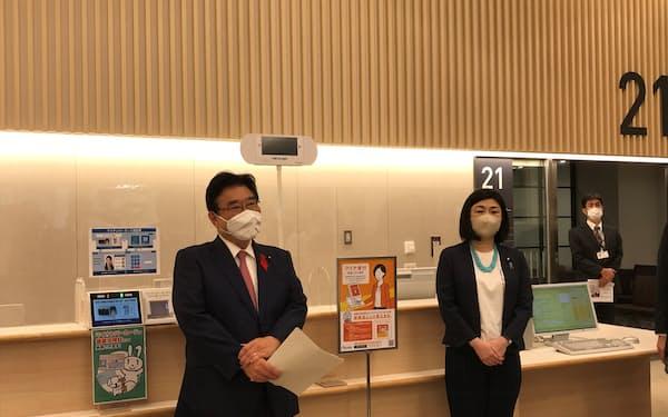「マイナ保険証」の利用方法を体験した後藤厚労相(左)と牧島デジタル相