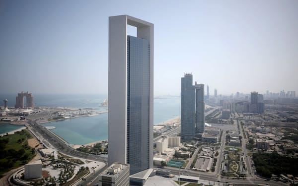UAE経済はなお石油に大きく依存する(アブダビ中心部にそびえる国営石油会社のビル)=ロイター