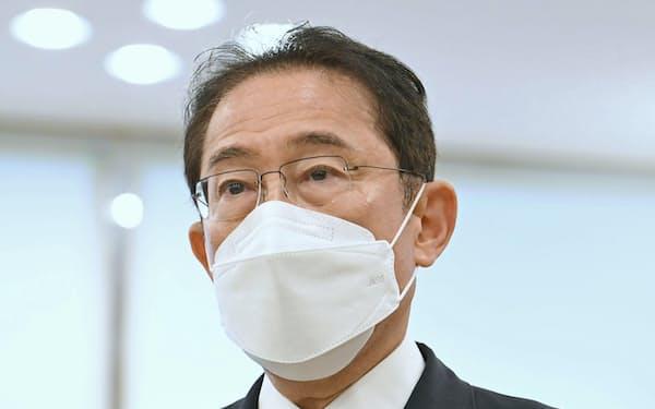 新型コロナウイルス宿泊療養施設を視察し、取材に応じる岸田首相(10日午前、横浜市)=代表撮影