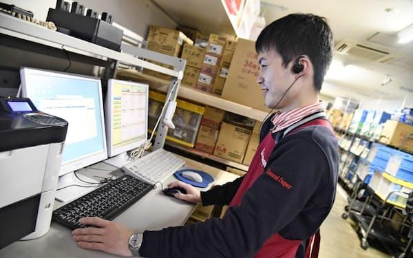 自動発注システムを導入した関西スーパーでは、店員の業務負荷が軽くなった(20年2月、大阪府高槻市の店舗)