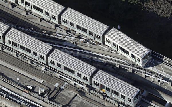 東京や埼玉で震度5強を観測した地震の影響で、脱線した新交通システム「日暮里・舎人ライナー」の車両(上が脱線した車両)=8日午前8時25分、東京都足立区(共同通信社ヘリから)