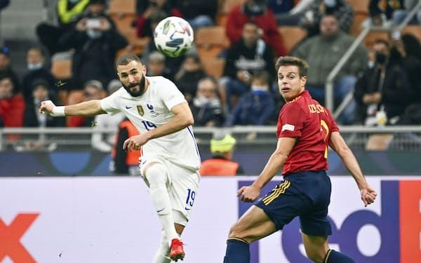 欧州ネーションズリーグ決勝のスペイン戦で得点を決めるフランスのベンゼマ=左(10日、ミラノ)=AP