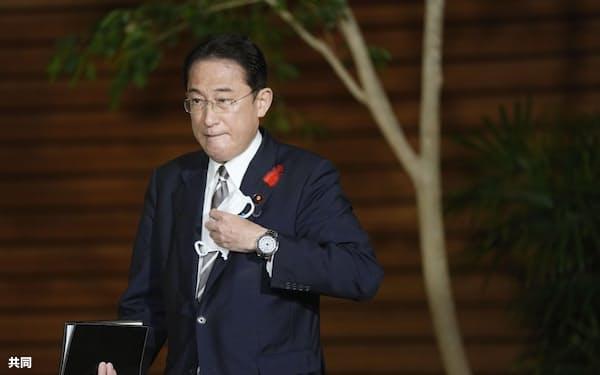 中国の習近平国家主席と初の電話協議後、記者団の取材に臨む岸田首相(8日夜、首相官邸)=共同