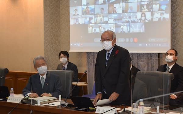 鈴木俊一財務相は会議冒頭で「社会保障制度の受益と負担のアンバランス解消は引き続き重要な課題だ」と述べた(11日、東京・霞が関)
