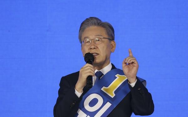 10日、韓国与党「共に民主党」の大統領候補に選出された李在明・京畿道知事=AP