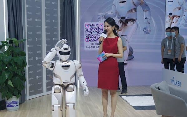 上海で開かれた世界人工知能(AI)大会でデモンストレーションをするヒト型ロボット(21年7月)=AP