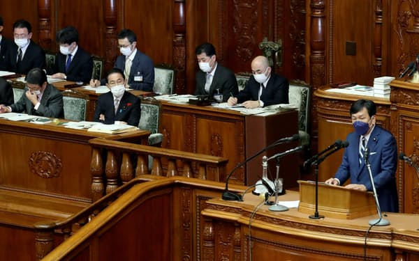 衆院本会議で立憲民主党の枝野代表㊨の質問を聞く岸田首相(11日)
