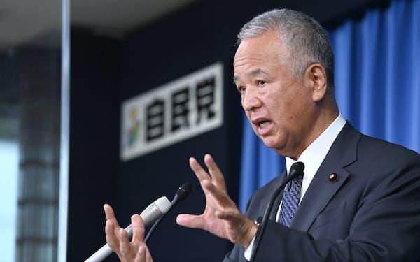 記者会見する自民党の甘利幹事長(5日午前、党本部)