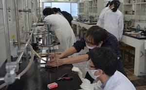 オープンキャンパスに参加し理学実験を体験した高校生(7月、名古屋市立大学)