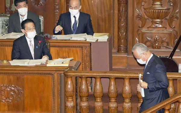 衆院本会議で代表質問を終え演壇を降りる自民党の甘利幹事長。左は岸田首相(11日)