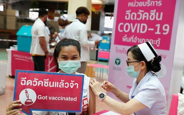 タイ・プーケットでワクチン接種を受ける女性=ロイター