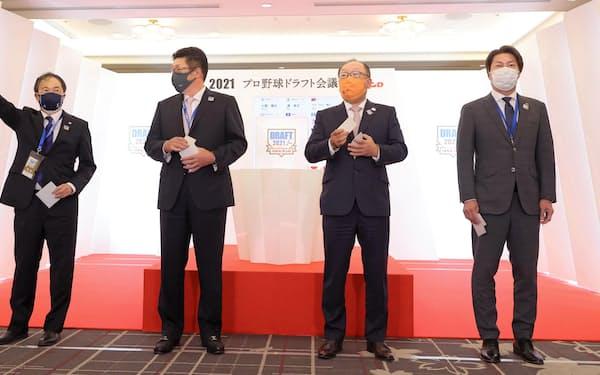 ドラフト会議で西日本工大の隅田知一郎投手の交渉権を獲得し、ガッツポーズする西武の飯田光男常務(左端)=代表撮影・共同