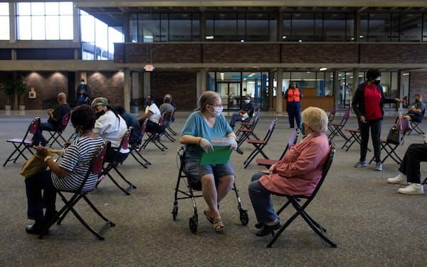 ブースター接種を受けた後、待機する人々(9月、米ミシガン州)=ロイター