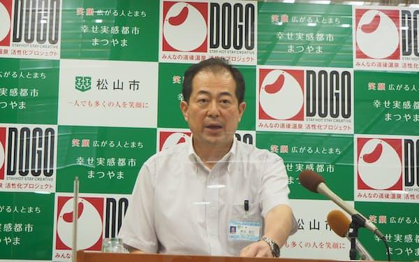 定例会見に登壇する野志市長(12日、松山市)