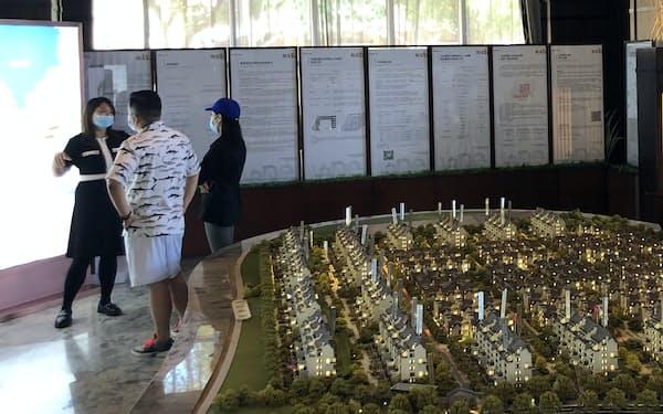 若い女性ほど「住宅購入の頭金は配偶者と共同負担すべきだ」との認識が強い(北京市の住宅展示場)
