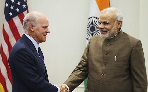 KKR創業者クラビス氏(左)とインドのモディ首相(14年、ニューヨーク)=ロイター
