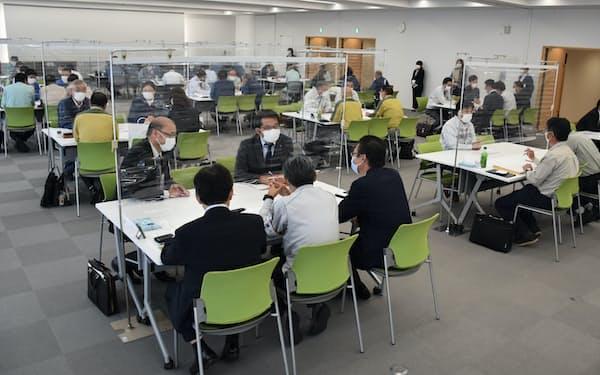 重電やゼネコンなど元請け企業との交流会に地元の中小企業40社が参加した(11日、福島県富岡町)