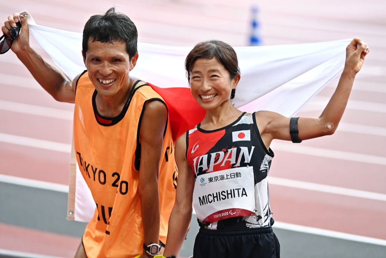 1位でゴールした道下美里選手と伴走者の志田淳さん