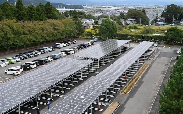駐車場にカーポート型の太陽光発電システムを導入した(12日、福井県あわら市)