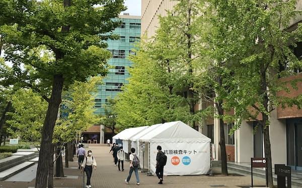 近大は学内に抗原検査ブースを常設している(12日、大阪府東大阪市)