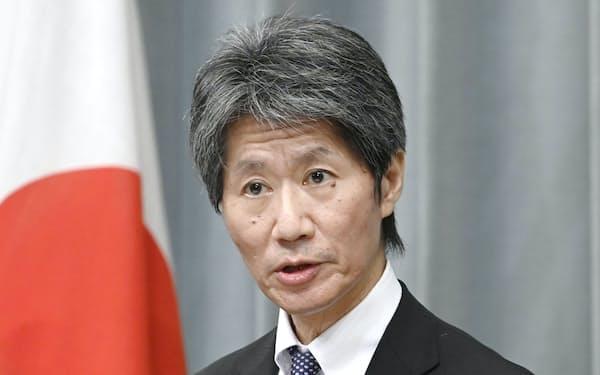 記者会見する磯崎官房副長官(11日、首相官邸)=共同