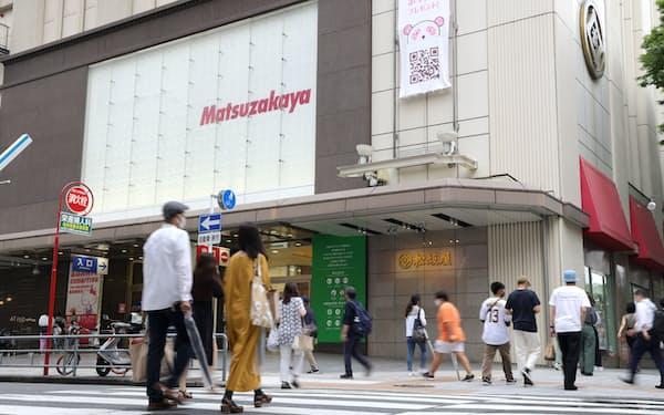 松坂屋名古屋店前を行き交う人たち(名古屋市中区)