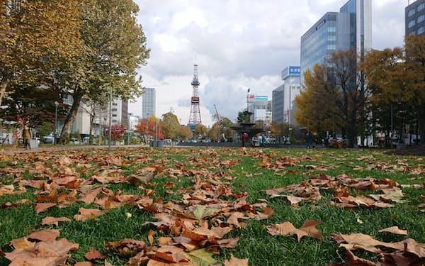 北海道の秋はハイシーズンにはさまれた端境期(札幌市の大通公園)