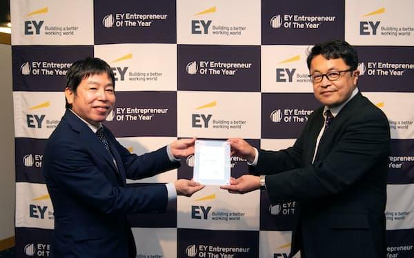 EY新日本監査法人は九州地区代表にリブワークの瀬口社長㊧を選んだ