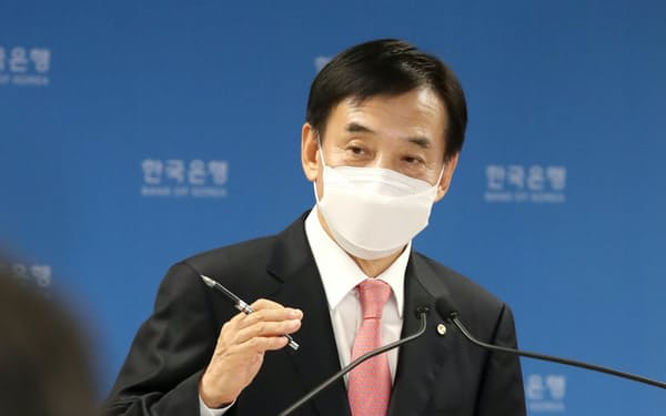 記者会見する韓国銀行の李柱烈(イ・ジュヨル)総裁