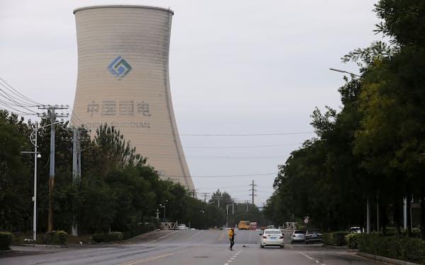 石炭を活用する動きは根強い(中国の石炭火力発電所)=ロイター