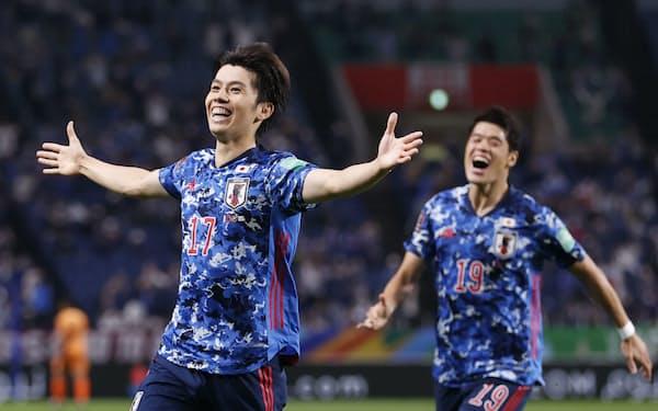日本―オーストラリア 前半、先制ゴールを決め、駆けだす田中(左)=共同
