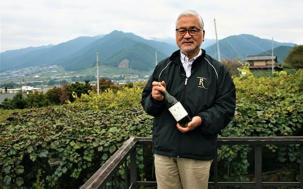 大村社長はワインに適したブドウ作りに力を注ぐ(甲州市にある自社ブドウ畑の前で)