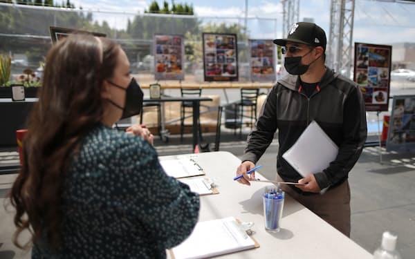 レストラン・ホテル従業員向け採用イベントに参加する求職者(米カリフォルニア州)=ロイター