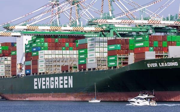 物流の混乱で年末商戦の品不足への懸念が高まっている(米ロサンゼルス港)=ロイター