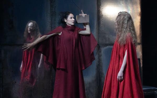 主役のブルータスを演じる吉田羊㊥とシーザー役のシルビア・グラブ㊨=加藤 幸広撮影