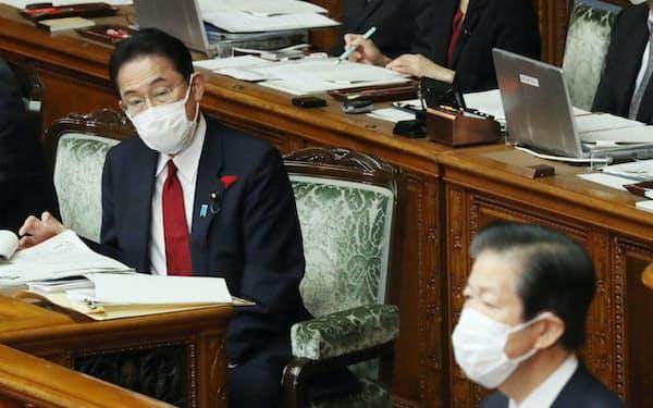 参院本会議で公明・山口代表㊨の質問を聞く岸田首相(13日午前)