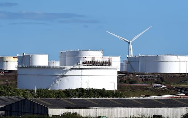 欧州などで天然ガス価格が高騰している(英西部ウェールズのLNG貯蔵施設)=ロイター
