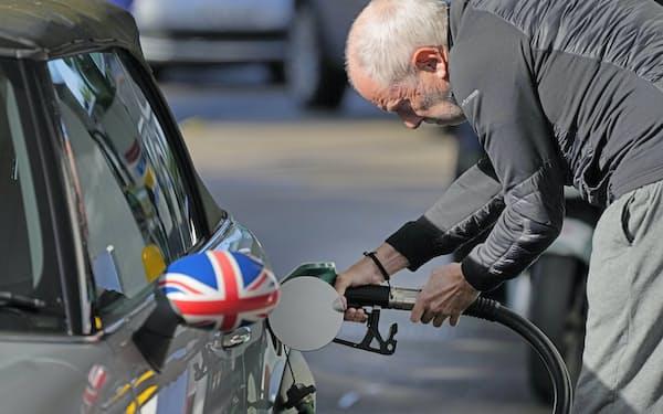 原油など国際商品価格の上昇は世界経済の不透明要因に(9月29日、英ロンドンのガソリンスタンド)
