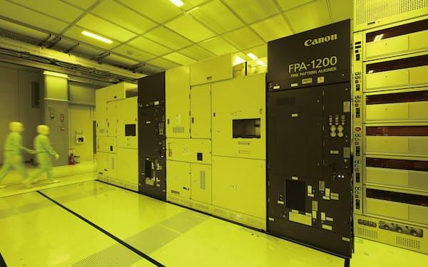 キオクシアは自社の製造ラインへの導入を目指す(ナノインプリントの試作装置が稼働する四日市工場)